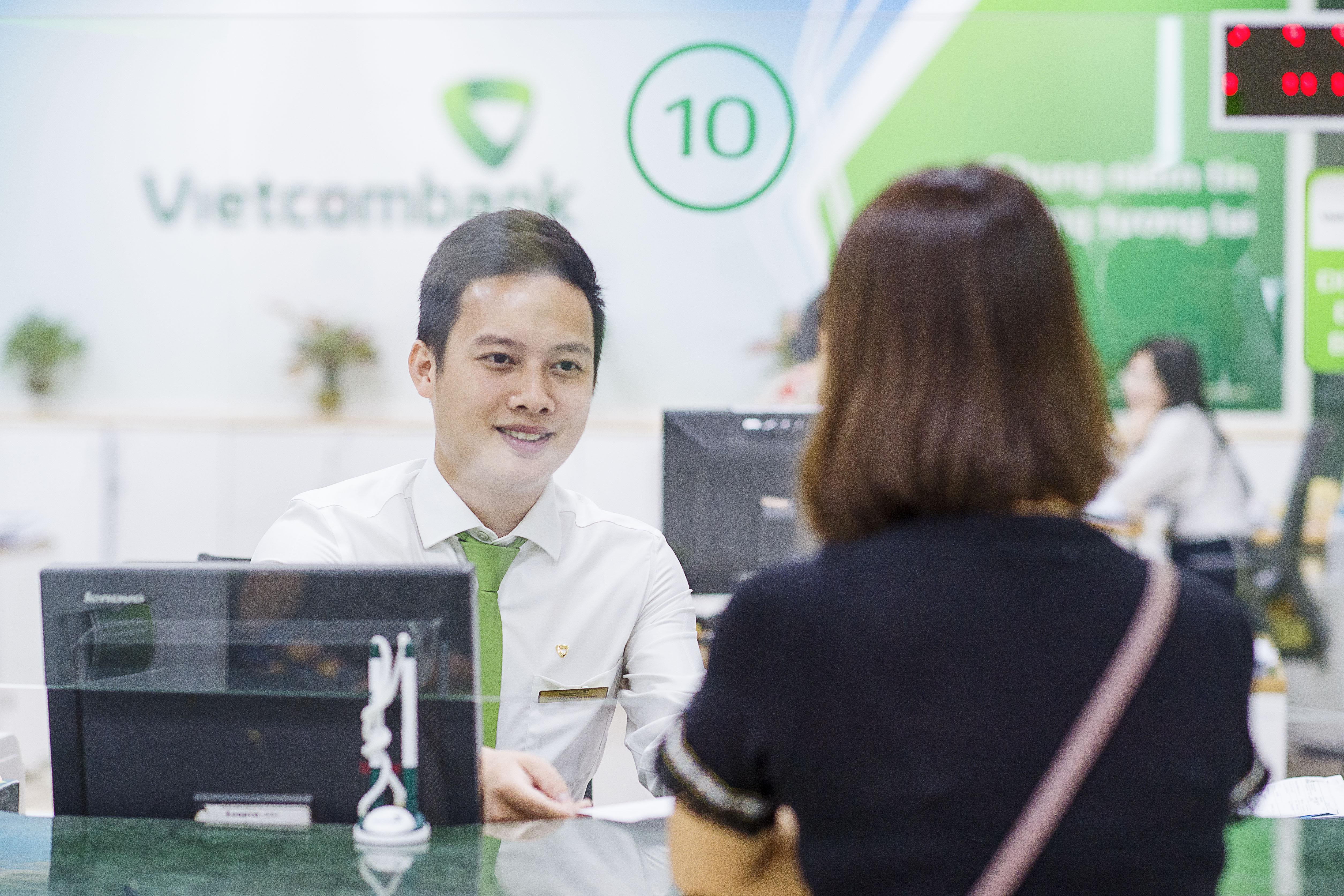 Vietcombank tiếp tục giảm lãi suất tiền vay hỗ trợ khách hàng bị ảnh hưởng bởi đại dịch Covid-19 - Ảnh 2
