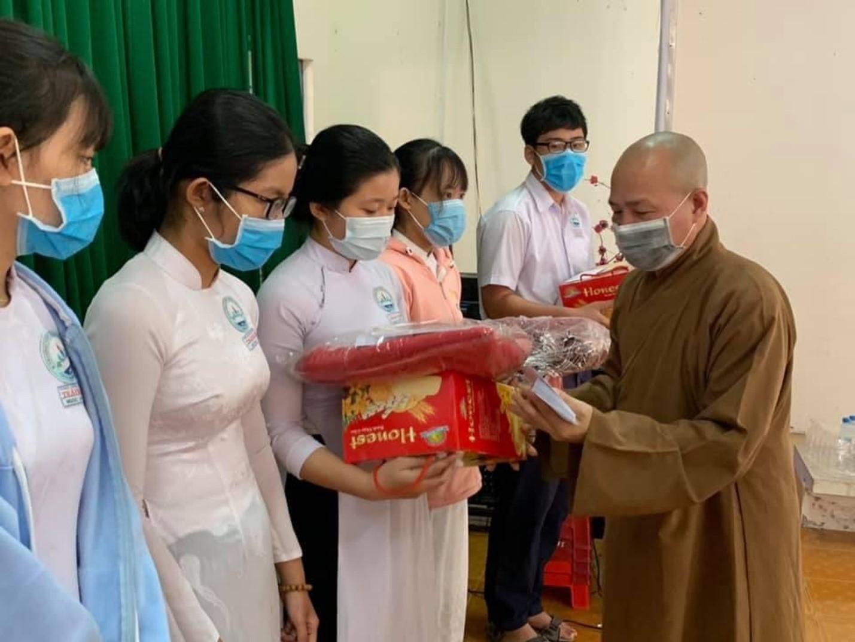 Đại đức Thích Trí Huệ trao gần 4000 suất quà cho bà con nghèo dịp Tết Tân Sửu 2021 - Ảnh 3