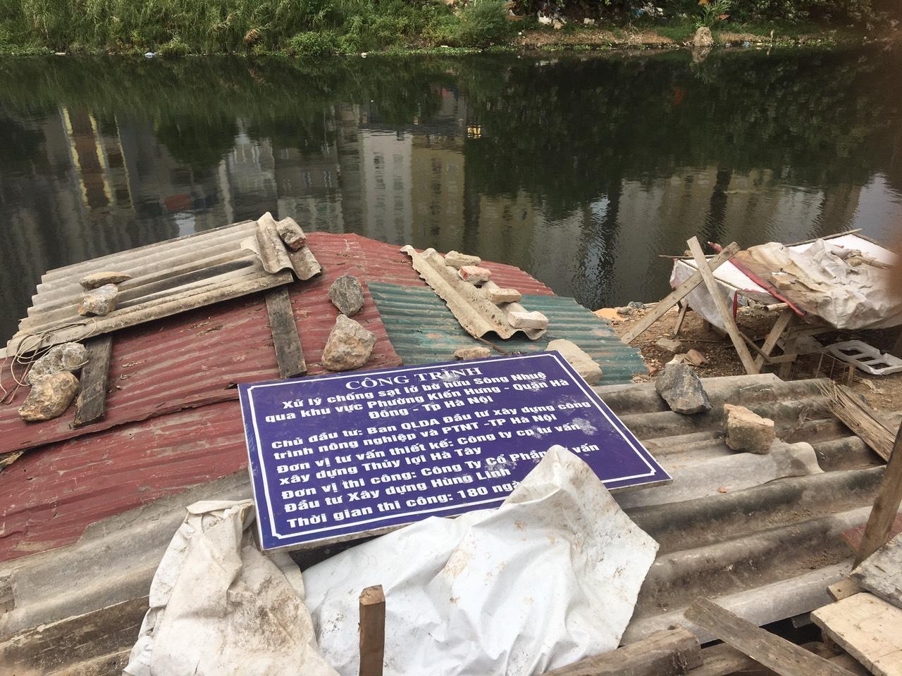 """Chống sạt lở bờ hữu sông Nhuệ: Chậm tiến độ, nhà thầu """"phớt lờ"""" chỉ đạo - Ảnh 1"""