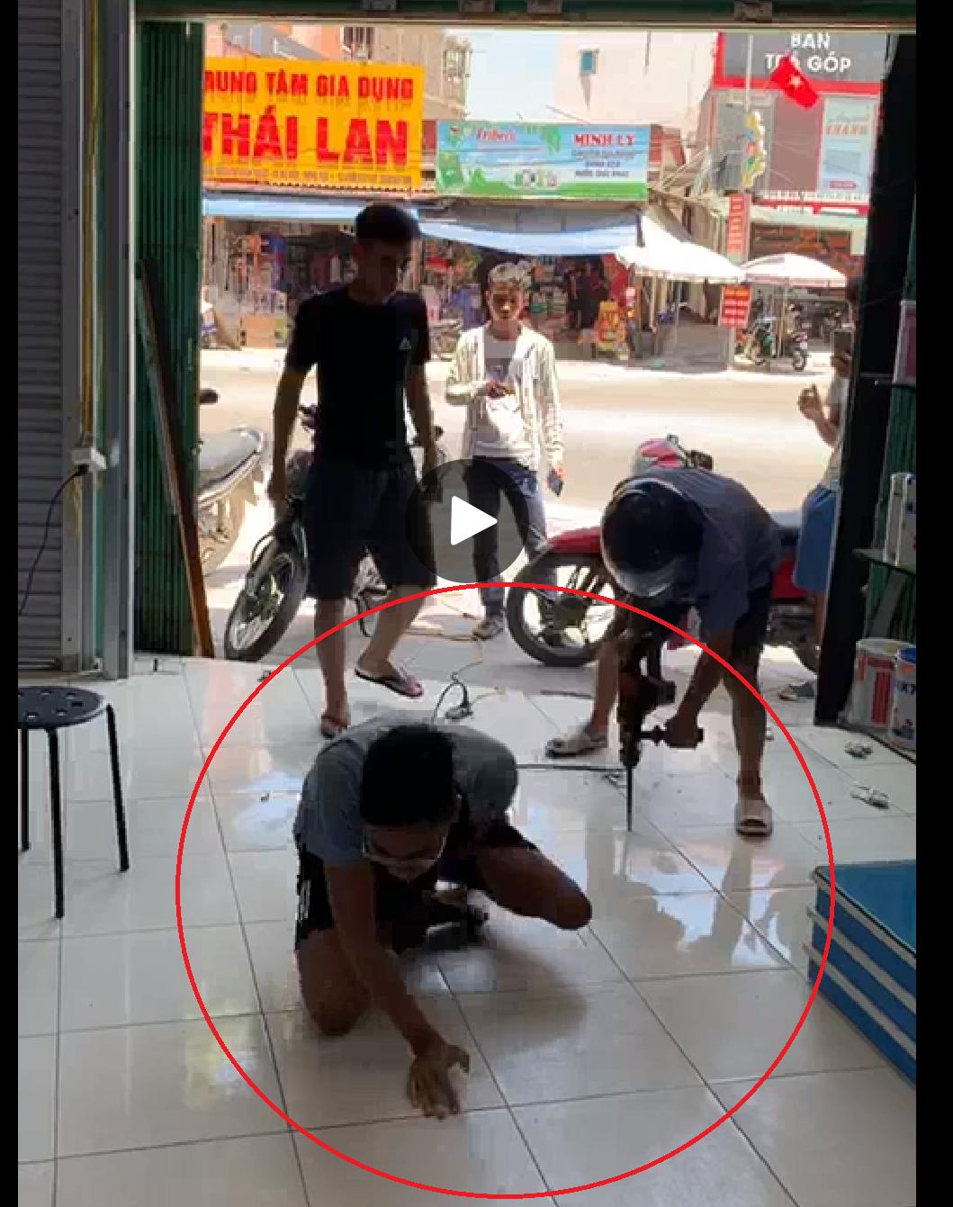 Hưng Yên: Đang làm rõ vụ côn đồ đập phá quầy thuốc, khoan vào chân nhân viên giữa ban ngày - Ảnh 1