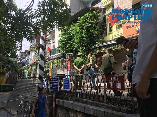 """Hà Nội: Cắm biển cấm tụ tập, dẹp cảnh hỗn loạn ở """"xóm đường tàu"""" - Ảnh 1"""