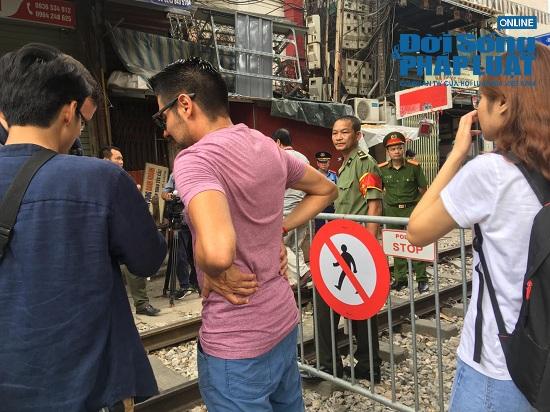 """Hà Nội: Cắm biển cấm tụ tập, dẹp cảnh hỗn loạn ở """"xóm đường tàu"""" - Ảnh 7"""