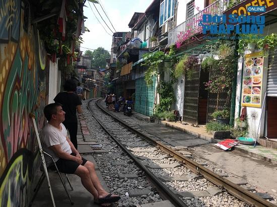 """Hà Nội: Cắm biển cấm tụ tập, dẹp cảnh hỗn loạn ở """"xóm đường tàu"""" - Ảnh 6"""