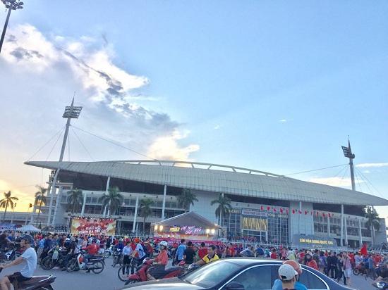 """Trận Việt Nam- Malaysia: CĐV nhuộm đỏ """"chảo lửa"""" Mỹ Đình trước giờ bóng lăn - Ảnh 4"""