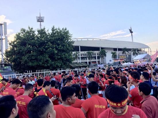 """Trận Việt Nam- Malaysia: CĐV nhuộm đỏ """"chảo lửa"""" Mỹ Đình trước giờ bóng lăn - Ảnh 1"""