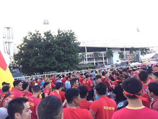 """Trận Việt Nam- Malaysia: CĐV nhuộm đỏ """"chảo lửa"""" Mỹ Đình trước giờ bóng lăn - Ảnh 6"""