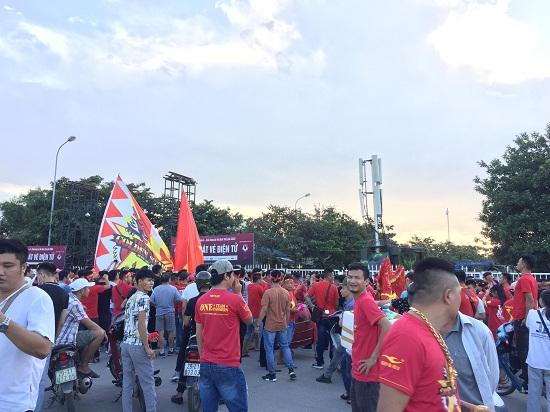 """Trận Việt Nam- Malaysia: CĐV nhuộm đỏ """"chảo lửa"""" Mỹ Đình trước giờ bóng lăn - Ảnh 7"""