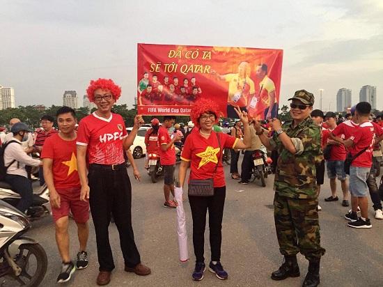 """Trận Việt Nam- Malaysia: CĐV nhuộm đỏ """"chảo lửa"""" Mỹ Đình trước giờ bóng lăn - Ảnh 8"""