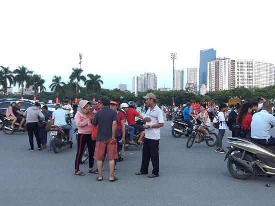 """Trận Việt Nam- Malaysia: CĐV nhuộm đỏ """"chảo lửa"""" Mỹ Đình trước giờ bóng lăn - Ảnh 10"""