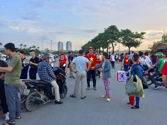 """Trận Việt Nam- Malaysia: CĐV nhuộm đỏ """"chảo lửa"""" Mỹ Đình trước giờ bóng lăn - Ảnh 11"""