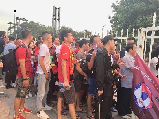 """Trận Việt Nam- Malaysia: CĐV nhuộm đỏ """"chảo lửa"""" Mỹ Đình trước giờ bóng lăn - Ảnh 12"""