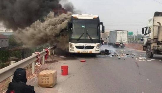 Bắc Giang: Xe giường nằm bốc cháy kinh hoàng trên cao tốc, hành khách hoảng loạn tháo chạy - Ảnh 1