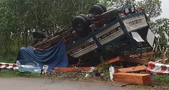 Quảng Ngãi: Xe tải chở gỗ bị lật, 2 vợ chồng tử vong trong cabin - Ảnh 1