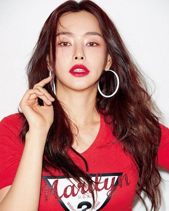 """Nhan sắc rực rỡ của """"Hoa hậu đẹp nhất Hàn Quốc"""" Honey Lee ở tuổi U40 - Ảnh 1"""