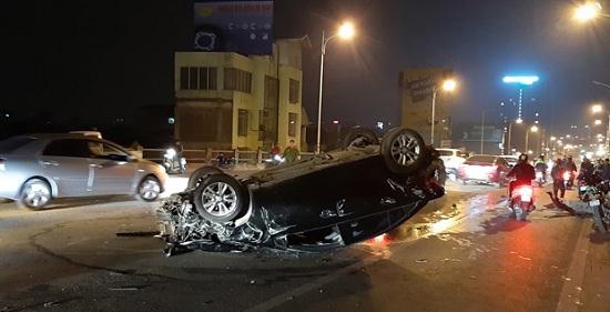 Hà Nội: 3 ô tô nát bươm sau va chạm liên hoàn trên cầu Vĩnh Tuy lúc nửa đêm - Ảnh 1