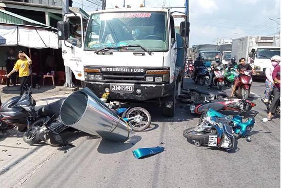 Long An: Mất lái, ô tô tải tông 7 xe máy đang chờ đèn đỏ khiến 11 người bị thương - Ảnh 1