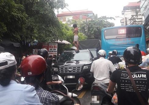 Cô gái trèo lên nóc xe nhảy múa gây ùn tắc cả tuyến phố ở Hà Nội có vấn đề về thần kinh - Ảnh 1