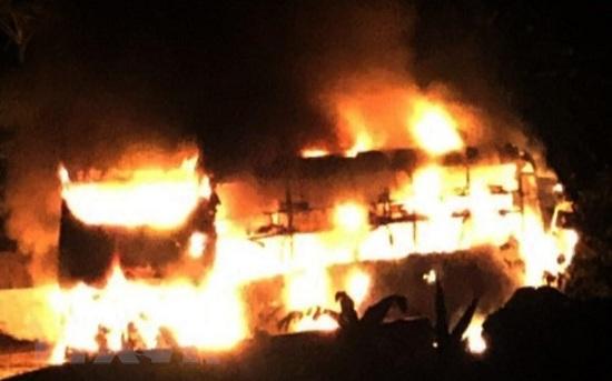 Đang lưu thông, xe khách giường nằm bất ngờ bốc cháy dữ dội lúc rạng sáng - Ảnh 1
