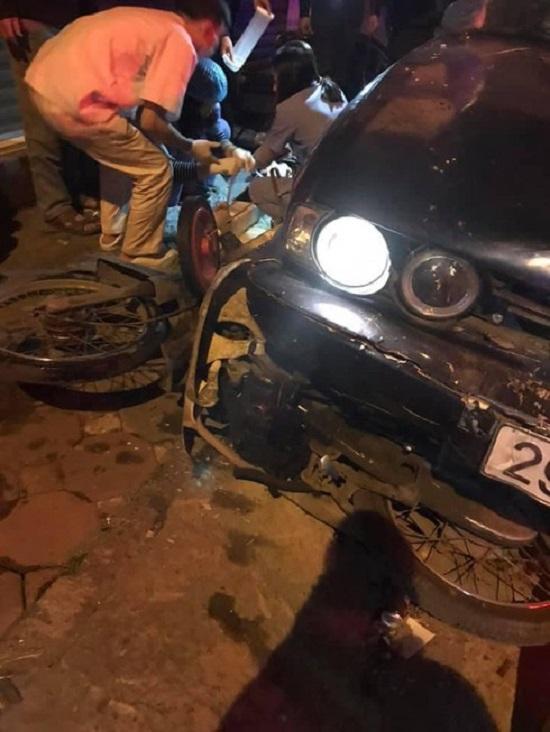Hiện trường vụ xe BMW gây tai nạn liên hoàn trên phố Hà Nội lúc rạng sáng - Ảnh 1