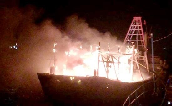 Nghệ An: Tàu cá bốc cháy dữ dội giữa biển, nghi do chập điện - Ảnh 1