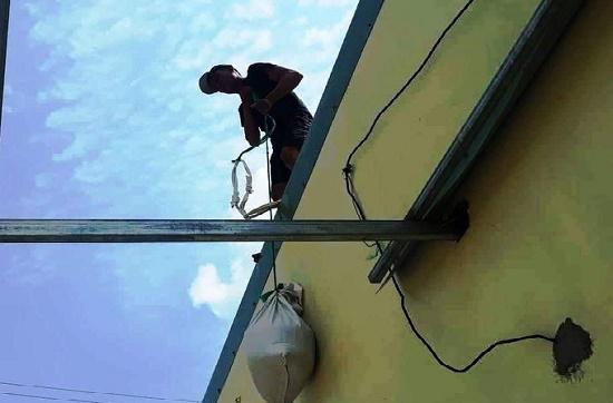 Bình Định: Gia cố mái nhà chống bão số 6, người đàn ông trượt ngã tử vong - Ảnh 1
