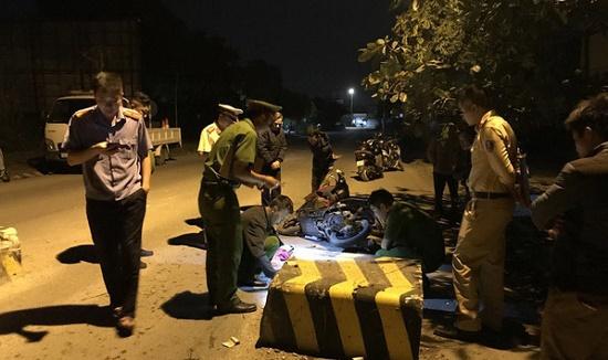 Quảng Ninh: Đâm vào cục bê tông giữa đường, con gái tử vong, mẹ bị thương nặng - Ảnh 1