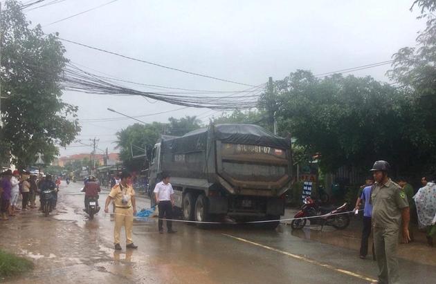 Bình Dương: Xót xa người phụ nữ bị xe ben chở cát cán tử vong trong cơn mưa - Ảnh 1