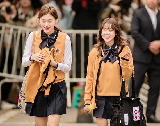 Ngắm loạt ảnh sao Hàn gây náo loạn trường học: Mặc đồng phục mà như đi event, thảm đỏ - Ảnh 7