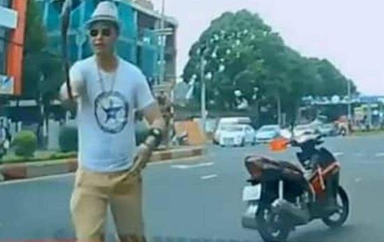 """Khởi tố """"thầy chùa"""" đập vỡ cửa kính ô tô của người đi đường vì bấm còi xin vượt ở Đắk Lắk - Ảnh 1"""