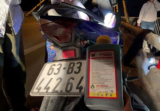 Tìm kiếm  người đàn ông nghi nhảy cầu Rạch Miễu tự tử để lại xe máy cùng chai thuốc trừ sâu - Ảnh 1