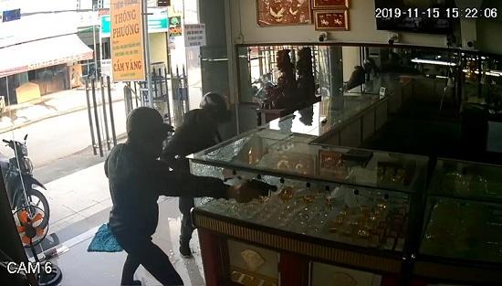 TP.HCM: Bắt 2 nghi phạm cướp tiệm vàng sau một tuần gây án - Ảnh 1