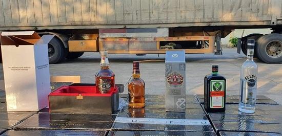 Bình Thuận: Xe container chở rượu ngoại trị giá hơn 1 tỷ đồng không rõ nguồn gốc  - Ảnh 1