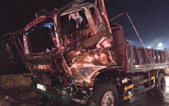 Quảng Ninh: Đang đỗ ven đường, ô tô tải bất ngờ bốc cháy dữ dội - Ảnh 1