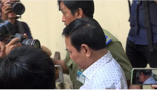 """Ông Nguyễn Hữu Linh đến tòa từ sớm và đi """"đường hầm"""" vào phòng xử kín - Ảnh 1"""