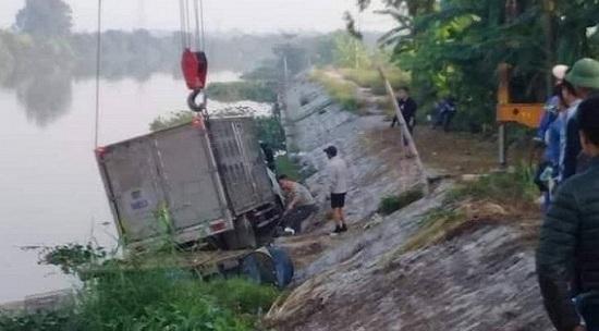 Ô tô tải mất lái, lao xuống sông, đâm tử vong một người thuyền chài đang đánh cá - Ảnh 1