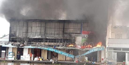 Bạc Liêu: Cửa hàng kim khí bất ngờ cháy lớn, khói đen kịt bốc lên nghi ngút - Ảnh 1