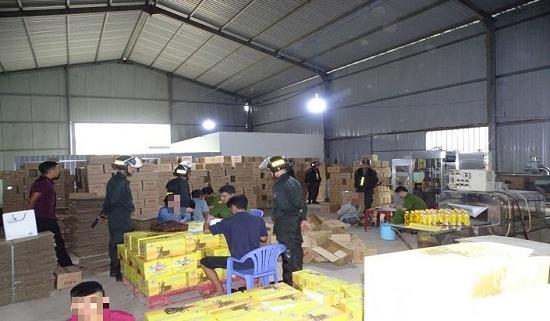 Đồng Nai: Đột kích khu nhà xưởng, tạm giữ hàng ngàn chai nước ngọt giả thương hiệu nổi tiếng - Ảnh 1