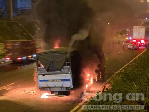 TP.HCM: Xe tải chở trái cây bất ngờ cháy ngùn ngụt trong hầm chui - Ảnh 1