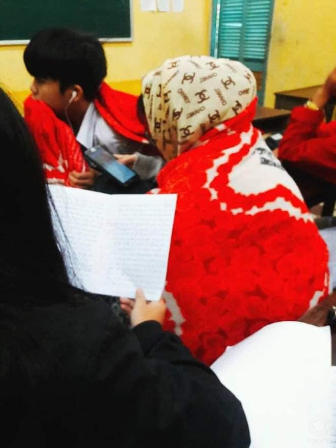 Chùm ảnh học sinh mang chăn đến lớp chống rét khi trời trở lạnh - Ảnh 3