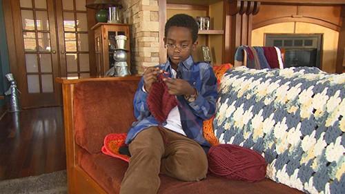 Cậu bé 11 tuổi mồ côi thành lập công ty riêng, kiếm tiền tỉ từ việc đan len  - Ảnh 1