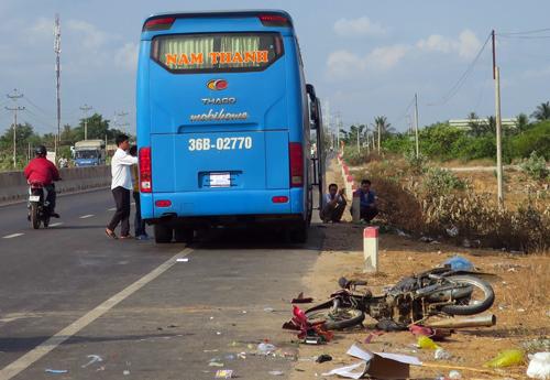 Bình Thuận: Hai vợ chồng bị ô tô khách tông tử vong trên đường đi làm - Ảnh 1