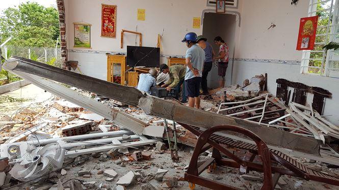 Đắk Lắk: Xe container mất lái tông sập nhà dân, 6 người đang ngủ may mắn thoát nạn - Ảnh 1