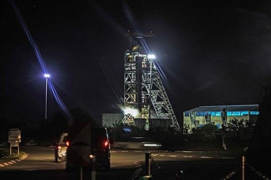 Nam Phi: Đường hầm gặp sự cố, 1800 công nhân mắc kẹt dưới mỏ bạch kim - Ảnh 1