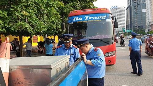 """Hà Nội: Xe khách Nam Định 29 chỗ """"nhồi"""" 73 người ngày cuối nghỉ lễ - Ảnh 1"""
