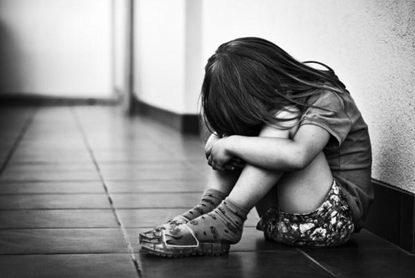 Mẹ chết lặng nghe con gái 4 tuổi kể bị hàng xóm xâm hại rồi cho 4 nghìn đồng mua kẹo - Ảnh 1