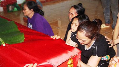 Vụ 5 học sinh đuối nước ở Nghệ An: Xóm nghèo u uất đau thương, trắng màu áo học trò tiễn đưa bạn lần cuối - Ảnh 3