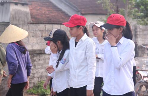Vụ 5 học sinh đuối nước ở Nghệ An: Xóm nghèo u uất đau thương, trắng màu áo học trò tiễn đưa bạn lần cuối - Ảnh 5