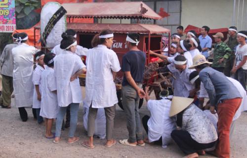 Vụ 5 học sinh đuối nước ở Nghệ An: Xóm nghèo u uất đau thương, trắng màu áo học trò tiễn đưa bạn lần cuối - Ảnh 2