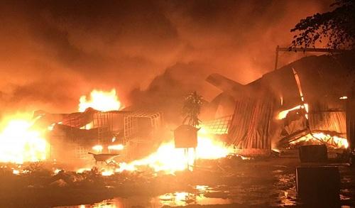 Cháy lớn tại xưởng phế liệu rộng hàng nghìn m2, sát khu trọ công nhân ở Bình Dương - Ảnh 1