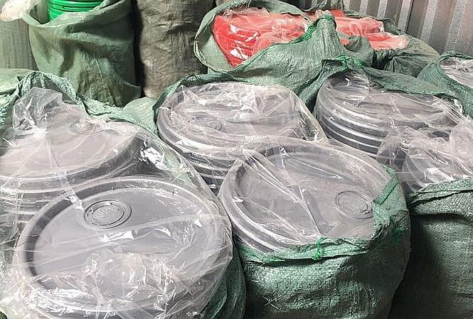 Sau xăng giả, triệt phá đường dây dầu nhớt giả quy mô lớn ở TP.Hồ Chí Minh - Ảnh 1